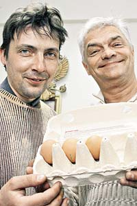 Картинки, Приколы: Можно ли сварить яйца с помощью двух мобильников? (ответ дальше)