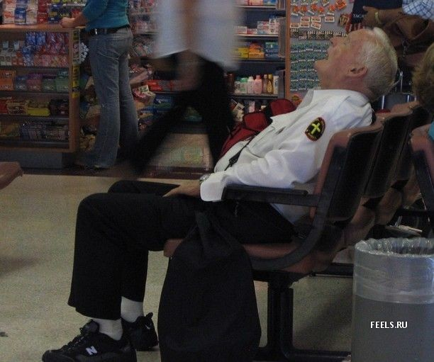 Приколы: Тяжелый рабочий день охранника (6 фото)