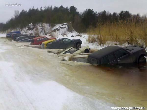 Приколы: Русская народная традиция: топить старые автомибили по весне (2 фото)