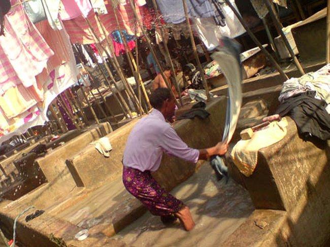 Приколы: Лондри - мужик прачка в Индии (8 фото)