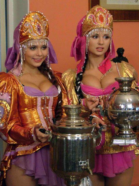 Приколы: Девушки в национальных костюмах (1 фото)