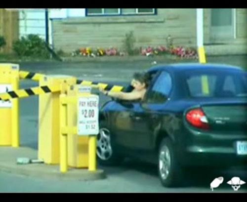 Приколы, Видео: Девушка въезжает на парковку