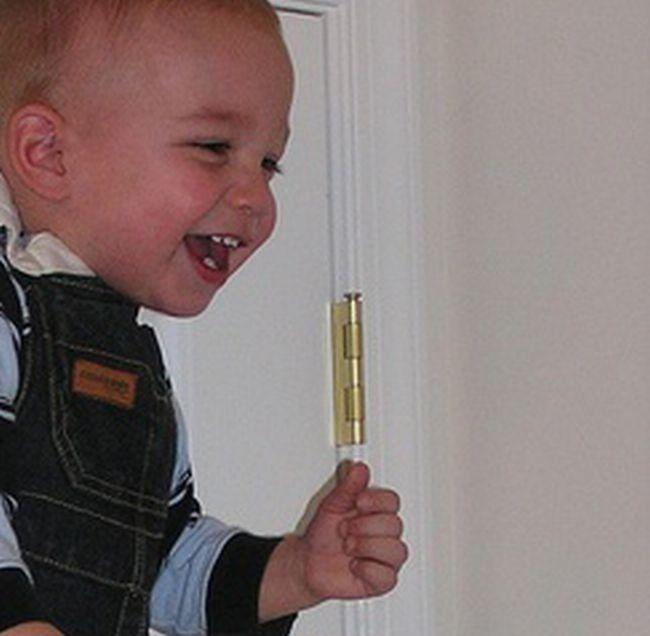 Приколы: Что делать если ребенок мешается под ногами??? (1 фото)